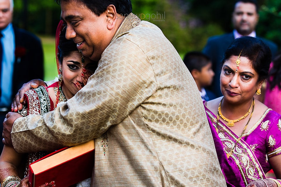 Bride hugging dad during vidhai