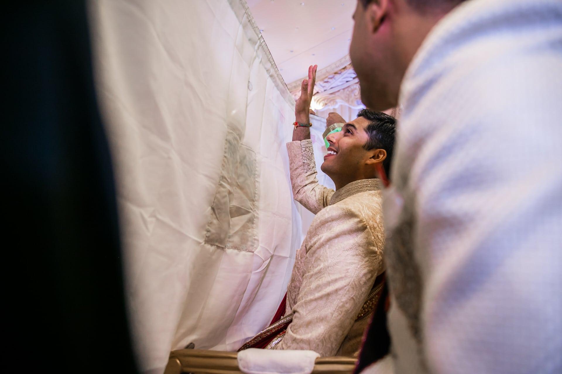 Indian groom behind the antaphat