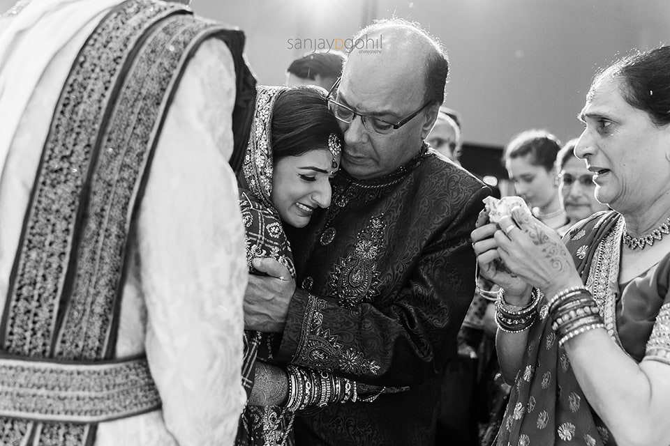 Bride and father crying during the vidhai ceremony
