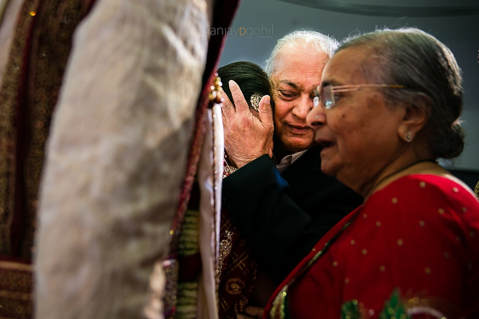 Bride and grandfather crying during the vidhai ceremony