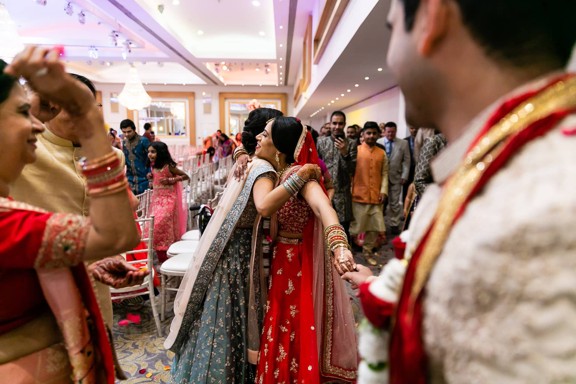 Bride hugging sister during Vidhai